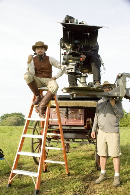 Leonardo DiCaprio am Set (Bild: Sony Pictures)